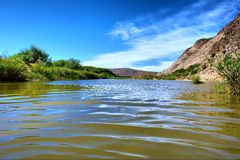 Plan rapproché d'onde sur le fleuve impressionnant Photos libres de droits