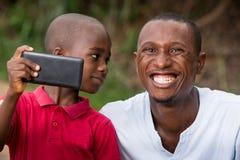 Plan rapproch? d'un homme et de son enfant, heureux image libre de droits