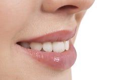 Plan rapproché d'un sourire de femme Photos stock