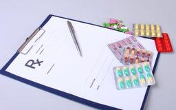 Plan rapproché d'un stéthoscope, stylo sur une prescription de rx Photos libres de droits