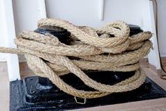 Plan rapproché d'une corde d'amarrage Images stock