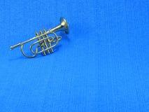 Plan rapproch? d'une trompette miniature sur le fond bleu photos stock