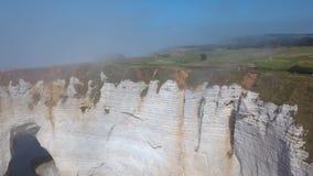 Plan rapproch? de belle falaise et de personnes blanches marchant sur le dessus dans le brouillard de matin action Vue pittoresqu photos libres de droits