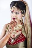 Plan rapproché de belle jeune mariée indienne Photos stock