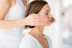 Plan rapproché de femme recevant le traitement de massage Images libres de droits