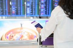 Plan rapproch? de fille tenant les passeports et la carte d'embarquement ? l'a?roport photos stock