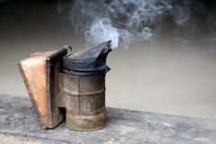 Plan rapproché de fumeur d'abeille Image libre de droits