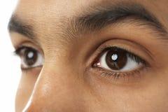 Plan rapproché de l'oeil du jeune garçon Photographie stock libre de droits