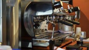 Plan rapproch? de machine en acier vide de caf? Art Machine moderne professionnelle de caf? avec tous les outils pr?ts ? pr?parer images stock