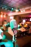 Plan rapproché de rétro microphone Photographie stock libre de droits