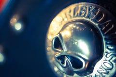 Plan rapproché de signe métallique de crâne à une motocyclette Photographie stock libre de droits
