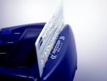 Plan rapproché de terminal par la carte de crédit et de position Photo libre de droits