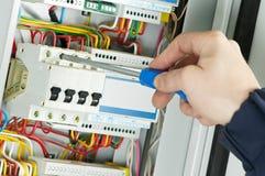 Plan rapproché de travail d'électricien Photos stock