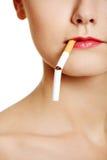 Plan rapproché de visage avec une cigarette. Images libres de droits