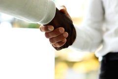 Plan rapproch? des hommes d'affaires se serrant la main Images libres de droits