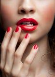 Plan rapproché des languettes de rouge de femme Images stock