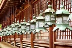 Plan rapproché des lanternes en bronze dans le tombeau de Kasuga, Nara Image libre de droits