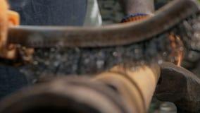 Plan rapproch? des mains d'un homme dans des gants de travail, nettoyant le vieux tuyau de la rouille avec une brosse en m?tal clips vidéos