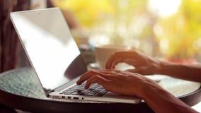 Plan rapproché des mains masculines utilisant l'ordinateur portable au café banque de vidéos