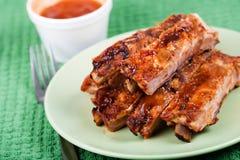 Plan rapproché des nervures de porc grillées tout entier Images stock