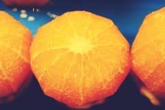 Plan rapproch? des oranges coup?es sur un march? images libres de droits