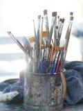 Plan rapproché des pinceaux dans le vieux pot sale en métal Images libres de droits