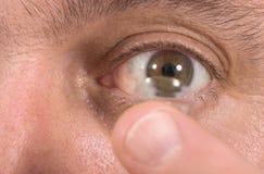 Plan rapproché du verre de contact et de l'oeil 2 Image libre de droits