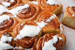 Plan rapproché fait maison de petits pains de cannelle Images stock