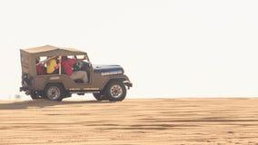 Plan rapproché Jeep Does Sand Drag Racing en dunes blanches clips vidéos