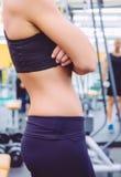 Plan rapproché mince de taille de femme sportive avec le noir Photographie stock