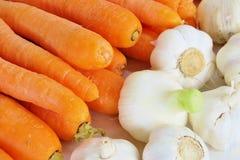 Plan rapproch? orange m?r de carottes sur un fond blanc photographie stock libre de droits