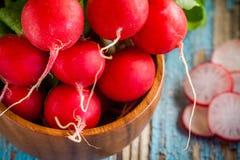 Plan rapproché organique frais lumineux de radis avec des tranches dans la cuvette Images stock