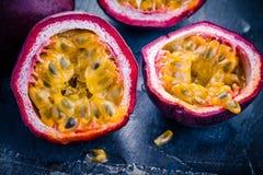 Plan rapproché organique mûr de passiflore comestible de passiflore Photo libre de droits