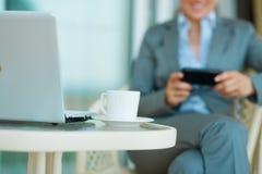 Plan rapproché sur la table avec l'ordinateur portatif Image libre de droits