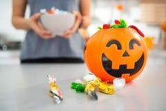 Plan rapproché sur le seau de Halloween complètement de la sucrerie de des bonbons ou un sort Photos stock