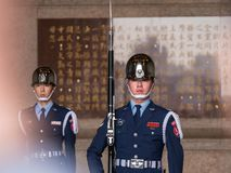Plan rapproch? un effectif militaire pendant la c?r?monie de Changing de garde chez Chiang Kai-Shek Memorial Hall photo stock