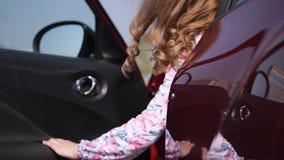 Plan rapproch? Une femme ouvre la voiture et s'assied à l'intérieur 4K MOIS lent banque de vidéos