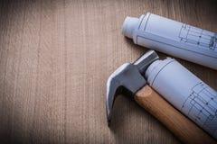 Plan rollt Tischlerhammer auf hölzernem Hintergrundbau Co Lizenzfreie Stockfotografie