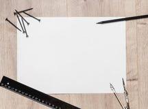 Plan sammansättning av det tomma teckningsarket och skruvar, en linjal, blyertspenna, kompass på trätabellen Workspacerepairman m fotografering för bildbyråer