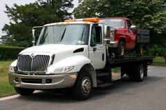 Plan säng Tow Trck med lastbilen Royaltyfria Foton