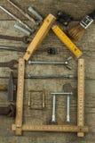 Plan som bygger ett hus lantligt trä för bakgrund Hjälpmedel för byggmästare Arkitekt som planlägger ett hus för en ung familj Arkivbilder