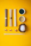 Plan stil, asiatiska risnudlar, soba och udon med en bunke av svart sesam- och risvinäger Royaltyfri Foto