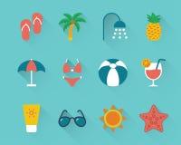 Plan strandsymbolsuppsättning på blå bakgrund stock illustrationer