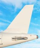 Plan svansfena - himmel med vit fördunklar i bakgrund arkivfoto