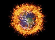 Plan?te de la terre br?lant surronded par des flammes Changement climatique ou concept de pollution d'environnement image libre de droits