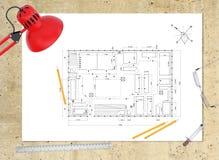 Plan technique du bâtiment sur le lieu de travail table Image stock
