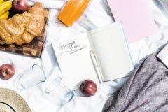 Plan uw vakantie en zaken voor de zomer op een picknick stock afbeeldingen