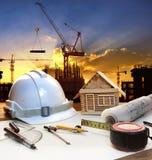 Plan van de ingenieurs het werkende lijst, huismodel en het schrijven hulpmiddel equipme royalty-vrije stock afbeeldingen