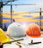 Plan van de ingenieurs het werkende lijst, huismodel en het schrijven hulpmiddel equipme stock foto