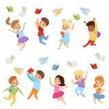 Plan vektoruppsättning av gulliga ungar som kastar böcker upp i luften Barn med lyckliga framsidor Elever av grundskolan stock illustrationer